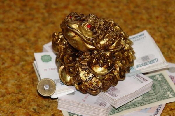 Китайская жаба на китайских дырявых деньгах - любимая икона современных русских?