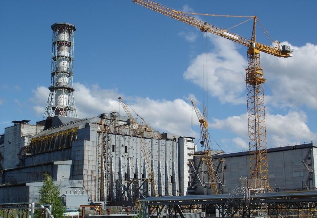 Чернобыльская АЭС, закрытая железобетонным саркофагом