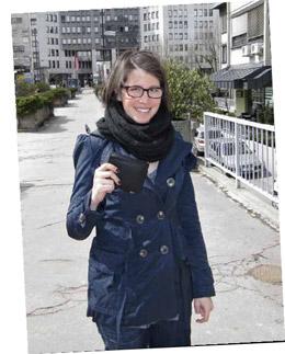 """Добродетель восторжествовала и перед зданием окружного суда Любляны. Когда мы спросили 21-летнюю люблянскую студентку Манцу Смолей, была ли у нее мысль оставить себе найденные деньги, в ответ мы услышали возмущенное: """"Нет!"""" """"Однажды я потеряла сумку, но получила все обратно. Поэтому я прекрасно знаю, каково это"""""""
