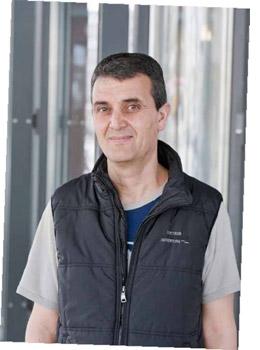 """В тот же день 46-летний Адел Бен Салем, водитель из отеля """"Ритц Карлтон"""", шел на работу, когда заметил кошелек, валявшийся под светофором с часами на углу Потсдамской площади и Штреземанштрассе. - Я увидел фотографию матери с ребенком, - сказал Адел нашим репортерам. - Такая фотография наверняка много значит для владельца. Как же я мог не вернуть кошелек!"""