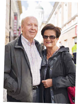 """- Разумеется, мы вернули кошелек. - В Каллио, рабочем районе Хельсинки, мы беседуем с супругами лет шестидесяти, которые позвонили нам, чтобы вернуть оброненный кошелек. - Честность у меня в генах, ведь я парень деревенский, - смеется Рейно Лемпинен. Его супруга Кайя, нежно глядя на мужа, добавляет: """"Мы и друг другу пообещали всегда быть честными"""". """"Честность - это внутренняя убежденность, которая возникает из ощущения, что я этого заслуживаю. Она идет из семьи, но ее можно и лишиться, если жизнь тебя изрядно потрепала"""", - полагает Рейно."""