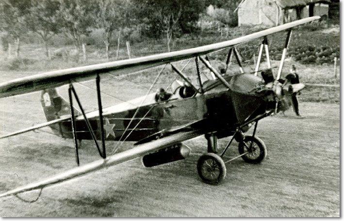 Боевой самолет ПО-2, на котором летали бомбить фашистов экипажи полка height=353