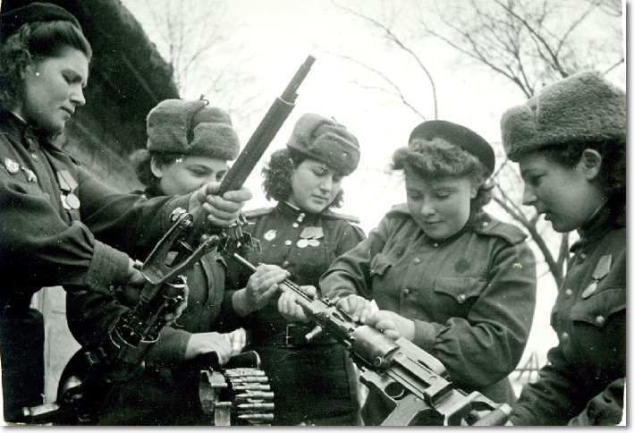 Поверка пулеметов. Слева ст. техник по вооружению 2-ой эскадрильи Нина Бузина. Фото - 1943 год height=375