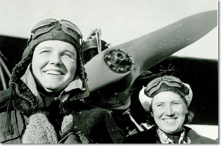 Герои Советского Союза Надежда Попова и Лариса Розанова. Фото - 1945 год height=363