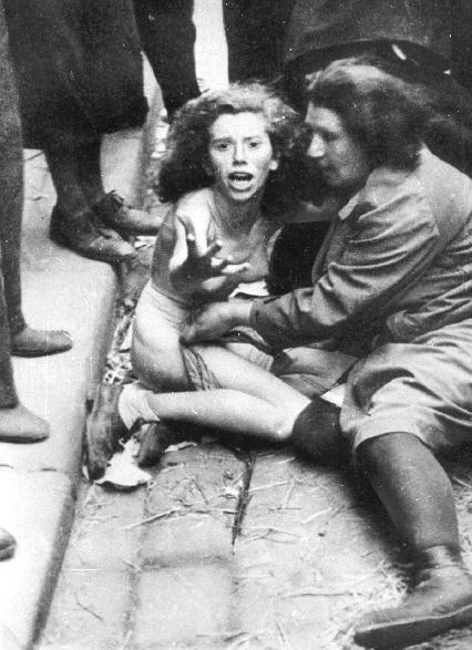 фашист раздел девушку до гола