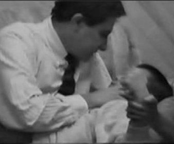 """Лженаучная психотерапевтическая концепция и практика Attachment Therapy (АТ) (""""терапия привязанности""""), получившей распространение в США для """"реабилитации"""" приемных и усыновленных детей"""