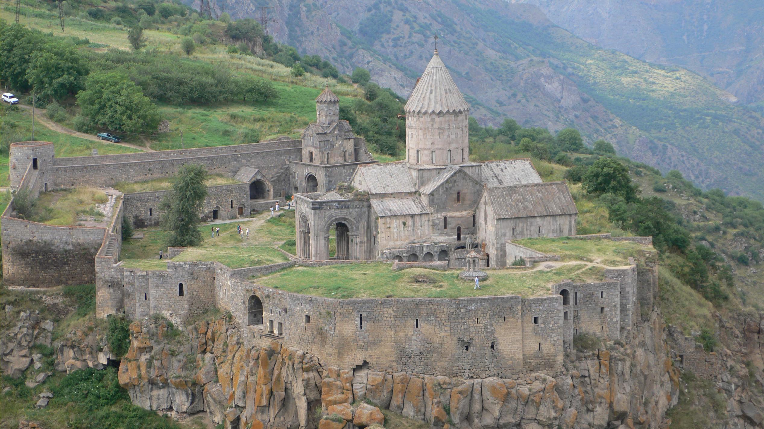 Татевский монастырь - армянский монастырский комплекс IX-X веков в Сюникском марзе Армении, в 20 км от города Горис. На протяжении столетий был духовным центром Сюника