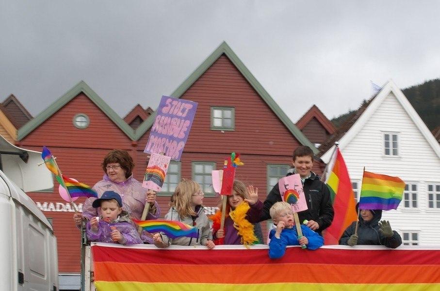 Город Берген, Норвегия. Май 2012 года. Маленькие дети участвуют в гей-парадике. Есть подозрение дети совсем не понимают для чего они вышли, и для чего их используют...