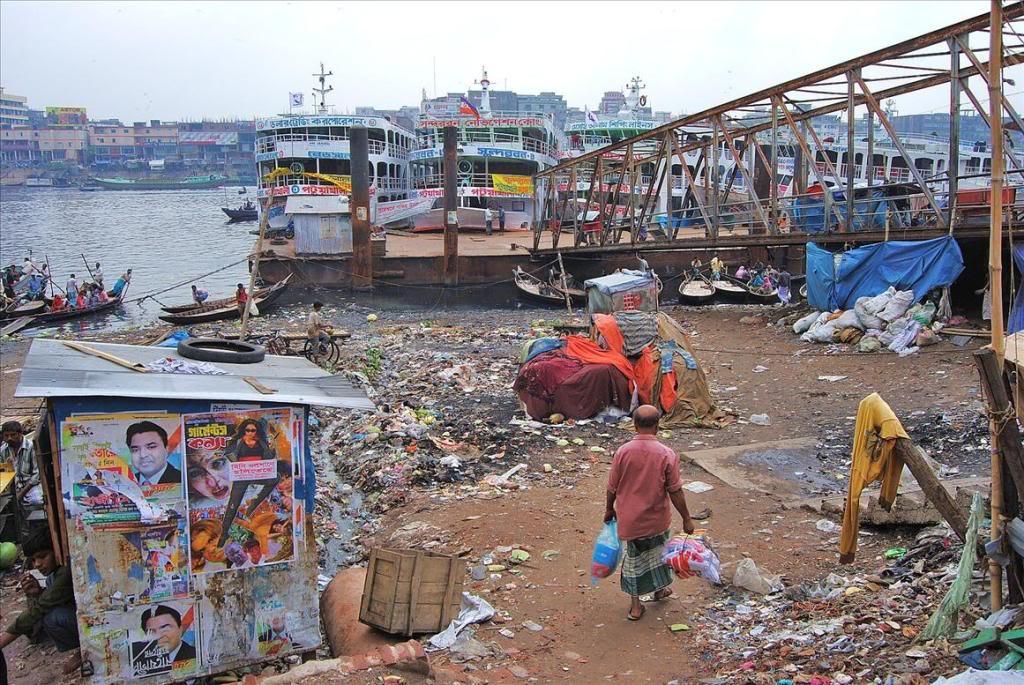 """Индия - чудовищно грязная страна. Горы мусора на """"священном"""" Ганге"""