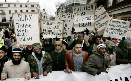 """Надписи на транспарантах: """"Режьте тех, кто оскорбляет Ислам. Европа заплатит, мы вас разрушим. Обезглавим тех, кто оскорбляет Ислам. Европа заплатит, мы вас уничтожим"""". Фото с демонстрации миролюбивых мусульман в Лондоне (2011)"""