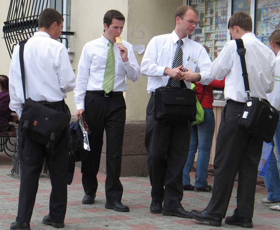 Мормоны. Мормонские молодые проповедники на улице