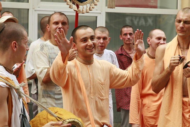 """Цветастые разодетые кришнаиты: в реальности они не имеют никакого отношения к традиционному индуизму: """"Пытаясь вписать движение сознания Кришны в соответствующий историко-культурный контекст, многие люди отождествляют его с индуизмом. Но это заблуждение... Существует ошибочное мнение, будто бы движение сознания Кришны представляет собой индуистскую религию,.. Иногда индийцы, живущие как в самой Индии, так и за ее пределами, думают, что мы проповедуем индуистскую религию, но это не так... Движение сознания Кришны не имеет ничего общего ни с индуизмом, ни с какой-либо другой религиозной системой... Люди должны понять, что движение сознания Кришны не проповедует так называемую индуистскую религию"""" (Шри Шримад А. Ч. Бхакгиведанта Свами Прабхупада. Сознание Кришны: индуистский культ или божественнаякультура? // Наука самосознания. 1991. С. 135, 141)"""