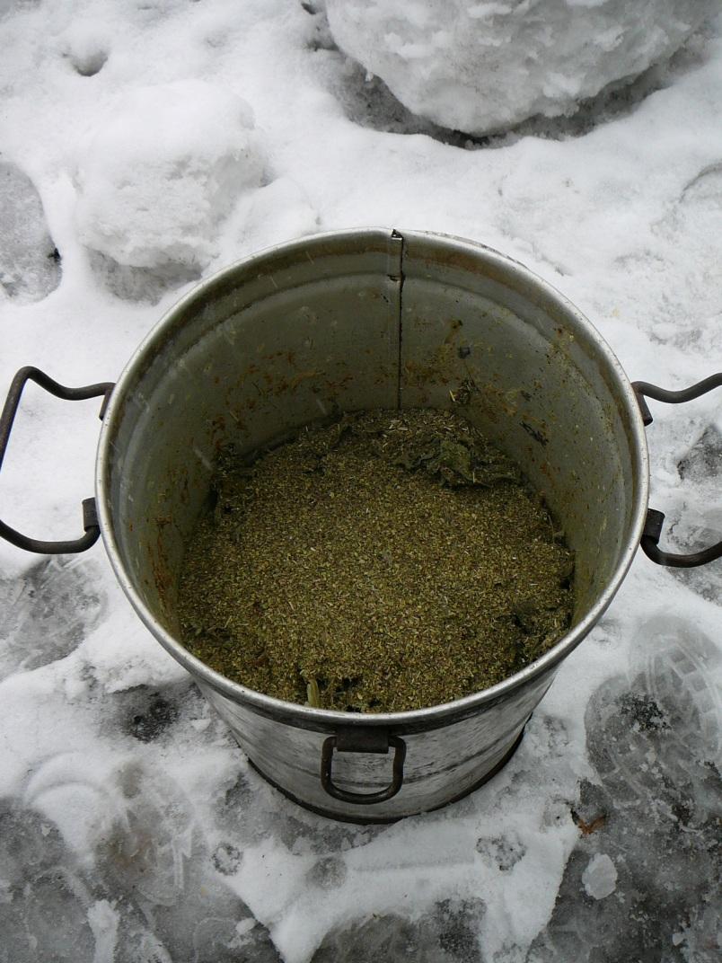 Вначале хорошо пересыпал травами старый замороженный слой уже соленый рыбных отходов